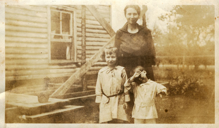 Edna Holloway with children Louise and Clyde